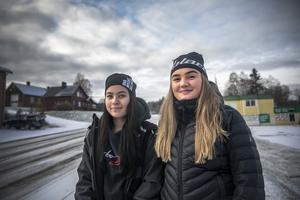 Erika och Otilia stöttar sin bygd i apoteksfrågan. – Även i småbyarna, de som bor i Valsjöbyn har först en timme hit, och om de sedan måste åka till Krokom blir det en timme till. Det är ganska viktigt att ha ett apotek här, för det är inte alla gamlingar som kan slänga sig i en bil och åka iväg till Krokom.