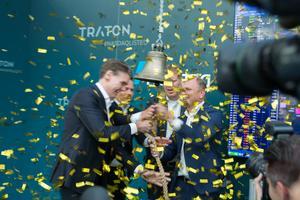Guldkonfettin regnade när representanter för MAN, Traton och Scania gemensamt ringde i klockan på Nasdaqbörsen.