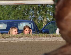Fanny Källström och hennes kompis Sanna Häggström hade grodperspektivet på loppen där de låg i gröngräset på publikplats. Ung som äldre trivdes.