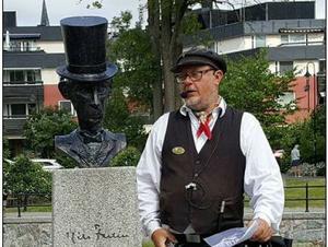 Michael Blum berättar gärna på sina stadsvandringar om poeten Nils Ferlin, som under några år var boende i Roslagen. Här vid hans staty i Norrtälje. Foto: Privat