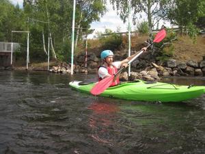 Att paddla kajak är en perfekt sport för Henrik. Kajaken är som en rullstol på vattnet, enligt Henrik. Här paddlar han kanotslalom vid Hosjö holme utanför Falun.