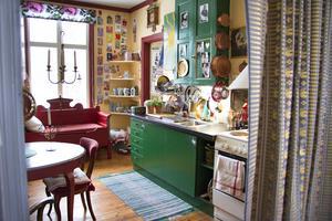 Det ursprungliga köket var utrivet men Maria har skapat sig ett charmigt, färgglatt och personligt kök i gammal stil.