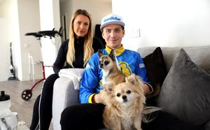 Efter ett par veckor på sjukhus är Linus Sundström glad över att vara hemma igen. Sambon Johanna är ett stort stöd, liksom hundarna Ison och Sid.