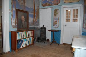 Rummet utanför köket är klätt med tapeter med målningar på. Foto: Westergården & Partner AB / Sam Westergård