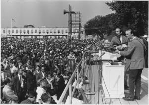 Folkpopgruppen Peter, Paul and Mary uppträder under medborgarrättsmarschen i Washington 1963. Foto: National Archives and Records Administration (NARA)