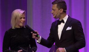 Emilia Leo intervjuas av Per Skoglund efter att hon fått Helen Anns pris i samband med hästgalan. Bilden är från sändningen från Hästsportgalan.