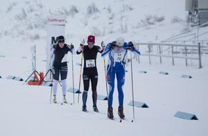 Lina Korsgren var offensiv under söndagen. Här med vinnaren Britta Johansson Norgren, tätt i rygg.
