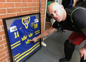 Andreas Johansson skänkte sin Tre Kronor-tröja från VM-finalen 2004 med alla spelares autografer.