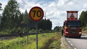 En gräsbrand längs med järnvägen vid Ombenning släcktes under söndagseftermiddagen.
