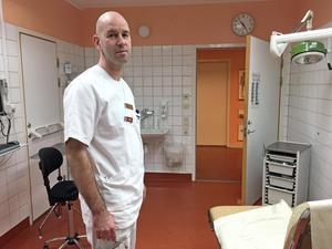 Det blir färre tillfällen till operation i Västerås, men Thomas Ekblom, överläkare på ortopeden, säger att en vinst med att operera i Lindesberg är att kompetensen hålls uppe.