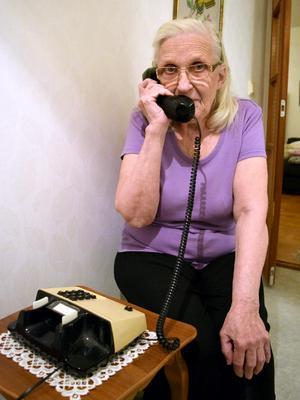 – Jag tycker att  jag hör bättre i den fasta telefonen än i mobiltelefonen, säger 83-åringen.