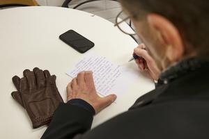 Palle Eriksson gör ett handskrivet manus efter att ha intervjuat kvällens minitigrar och läser sedan upp det för barnen och deras föräldrar innan han levererar det till speakern.