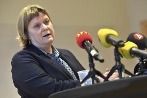 Chefsrådman Erica Hemtke förklarar dom i målet om en grov våldtäkt i Fittja, under en pressträff i Södertörns tingsrätt. Samtliga åtalade frias från anklagelserna om den uppmärksammade gruppvåldtäkten i Fittja.Foto: Claudio Bresciani / TT