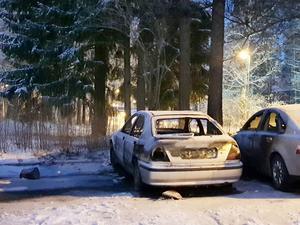 Natten till måndag brann bilar på Tordönsgatan i Gävle.