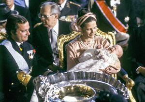 Drottning Silvia med kronprins Carl Philip i famnen står vid dopfunten i samband med dopet av kronprinsen i Slottskyrkan i Stockholm 31:a augusti 1979. Foto: TT