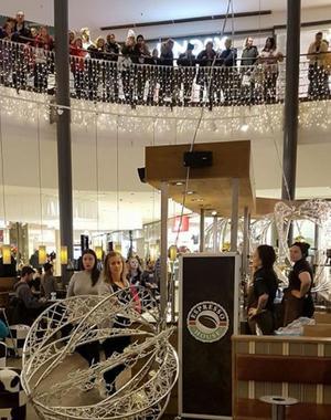 I caféet befann sig 15-20 gäster och två personal när juldekorationerna föll. Ingen skadades fysiskt.Foto: Läsarbild.