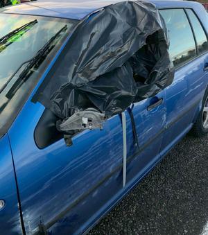 När polisen kom fram till bilen upptäckte man att rutan vid förarplats var igentejpad. Bild: Polisens förundersökning