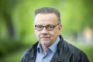 Bo Wennström säger att  lagstiftningen inte har hängt med kring ordningsvakters och väktares roll i samhället. Och att regelverket är anpassat efter bevakningspersonalens roll på 70- och 80-talet.