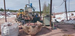Ett besök vid stenbrottet i Mångsbodarna stod på listan vid SPF Älvdalens utflykt.