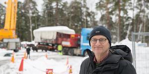 Två personvagnar som köpts in från Nynäshamns järnvägsmuseum fraktades under stor möda till sin nya slutstation på Torekällberget. Stefan Sundblad är friluftsmuseets chef.