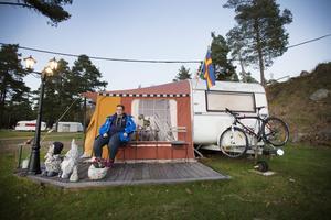 Ulrika Lindberg flyttade till jobb i Gävle från Lofsdalen. I början bodde hos hon dottern men sedan ett och ett halvt år bor hon på Engesberg camping. – Det är så otroligt skönt att bo så här. Det är ett fritt liv och det känns som man har semester varje dag. Jag saknar ingenting här, säger hon.
