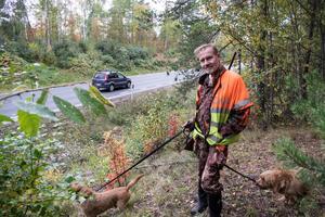 """Anders Wiklund vid Lugnetleden där kommunen sagt nej till tätortsnära jakt. Här sker en hel del viltolyckor med rådjur även om det minskat på senare år. Sällan blir det eftersök på grund av hastigheten då djuren dör direkt. """"Det är en slabbig viltvård"""", säger Anders."""