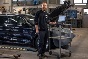 Lars Kvick framhåller utmaningen i jobbet som servicetekniker, eftersom det hela tiden kommer nya bilmodeller.