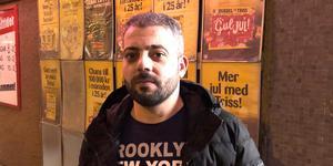 Mohammed Loubani stod bakom kassan när rånarna kom in med pistoler.