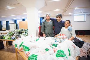 Daniel Larsson, Kjell Ceal och Maribel Schöld är några av alla frivilliga i pingstkyrkan som hjälper till på onsdagarna när matkassar delas ut till behövande.
