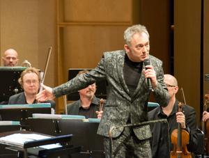 Charles Hazlewood sprider klassisk musik med alla till buds stående medel och är en kunnig och rolig vägledare.