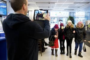 Tomas Emanuelsson filmar när pensionärerna Sofia Hultin och Moa Åhrberg har fikat med barnbarnen Clara Berglund och Alva Nordin.
