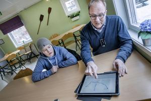 Det är vägdatabasen som är facit när det gäller skolvalet, anser Erik Nilsson med sonen Alex.