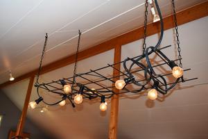 Clara Häggqvist experimenterar inte bara med mat. Hon tycker också om att skapa inredning, som denna egendesignade lampa.