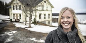 Hannah Bågling-Källström framför sitt drömhus i Hammerdal.