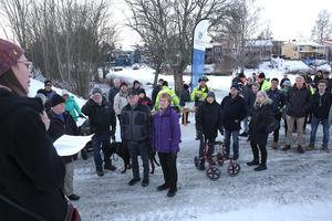 Kommunalrådet Lotta Wedman (MP) höll tal när gång- och cykeltunneln invigdes. Runt 60 personer deltog i invigningen.