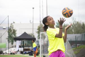 En del av målvaktsträningen är att kasta upp bollen högt för att sedan fånga den.