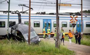 Taxichauffören han kasta sig ur minibussen i sista sekunden, men kan ha fått en smäll av fordonet vid kollisionen. Han ådrog sig dock lindrigare skador och fick lämna sjukhuset efter undersökning.