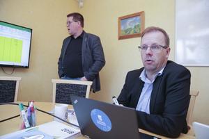 Leif Pettersson (S) och Håge Persson (M) räknar med ett överskott på 34 miljoner i 2020 års budget. Ett extra statsbidrag omsätts i bland annat högre föreningsbidrag och mer pengar till omasfaltering av gator.