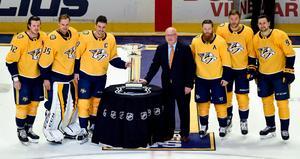 Filip Forsberg, längst till höger, tillsammans med lagkamrater när de får motta Presidents Trophy, den trofé som delas ut till det lag som hamnat längst upp i NHL-tabellen i slutet av grundseriesäsongen, den 7 april 2018.