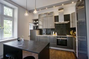 Modernt kök med köksö i egen design.