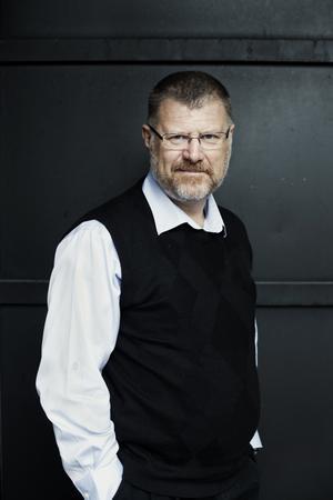 Deon Meyer är är sydafrikansk journalist och författare. Han skriver på afrikaans.