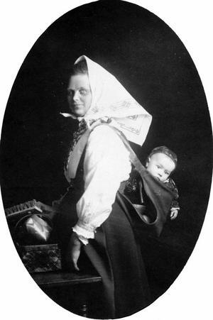 När kvinnorna från Dalarna invaderade staden visste Gävleborna att våren var kommen. Den här okända kullan fotograferades i Stadshuset i Gävle 1911. Foto: Länsmuseet Gävleborg