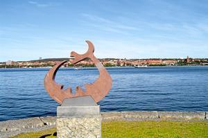 Storsjöodjuret blickar ut från Frösön mot Östersund. Legenden om odjuret tar plats i Johan Theorins fantasytrilogi. Bild: Mittmedia arkiv