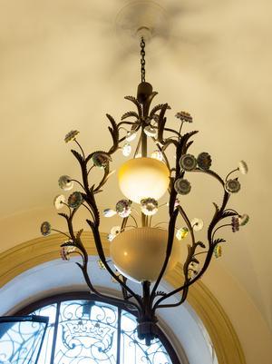 I entrén hänger två likadana lampkronor som Markus Enock säger är från 1920-talet.