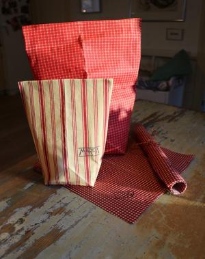 Gamla tyger blir nya och hållbara förpackningar med hjälp av bivax.
