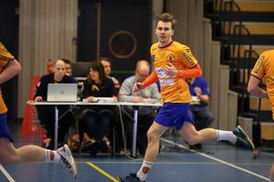 Albin Järlstam stänkte dit tio mål mot Kungälv, och drömmer om handbollsligan. Men han ber också om en smula tålamod med det unga laget.