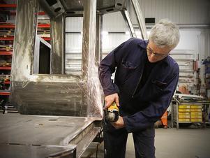 PG Lockner tillverkar hytterna från hand, utifrån stålplåtar.