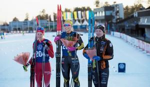 Prispallen på damsidan: Tvåan Alicia Persson, ettan Johanna Hagström och trean Moa Olsson.