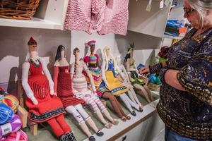 Åsa visar sju av de femton dockorna hon virkade under en sjukskrivning.
