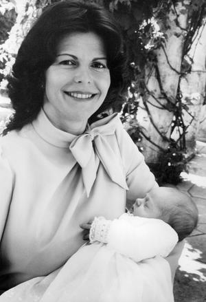 Drottning Silvia och kronprins Carl Philip. Den svenska riksdagen beslutade året efter att ändra tronföljden så att förstfödda Victoria blir tronarvinge.Foto: TT